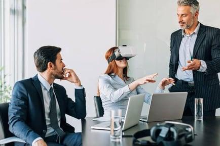 Das Themenspektrum IoT schließt auch sogenannte VR- oder AR-Brillen (Virtual/Augmented Reality) ein. (Quelle: Petar Chernaev/iStock)