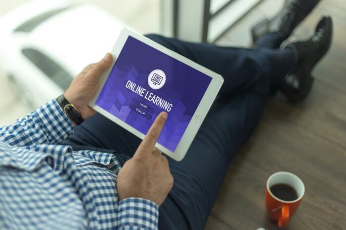 Eine Möglichkeit sind E-Learning-Plattformen, die den Zugriff auf den gleichen Arbeitsplatz von jedem Gerät der Welt ermöglichen. (Quelle: iStock/cigdemhizal)