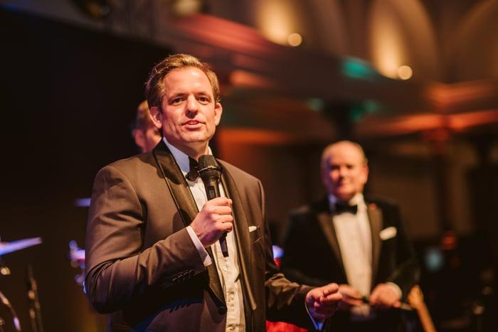 Dr. Thomas M. Fischer tauscht für den Gründerball Hemd und Sakko gegen Frack und Fliege