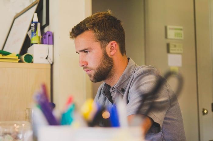 Mann arbeitet im Home Office