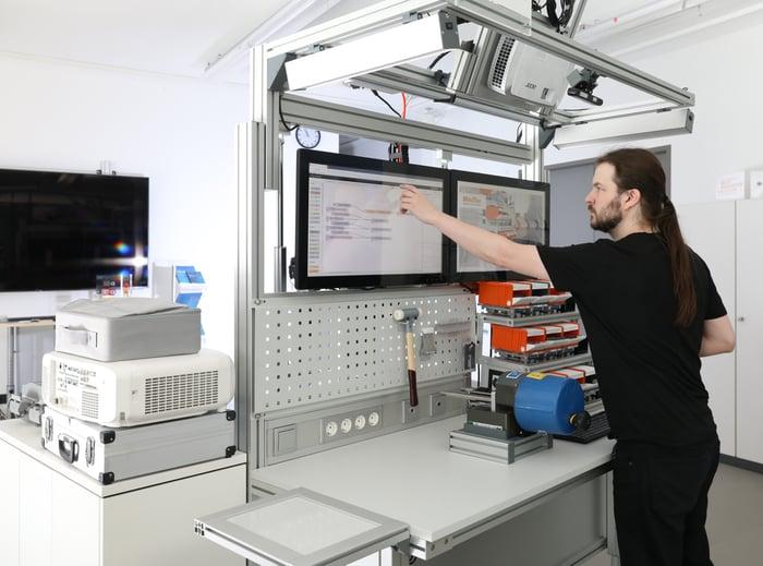 Über das Assistenzsystem erhält ein Mitarbeiter Unterstützung bei der Montage von Produkten