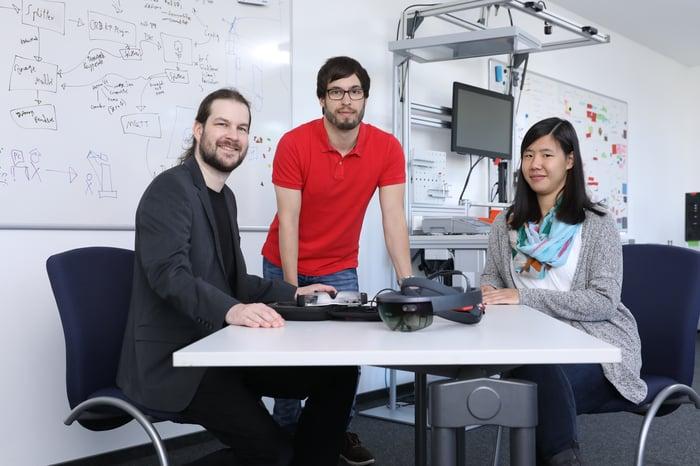 """Dr. Marius Orfgen (links) mit seinem """"smarten"""" Team Markus Kaiser und Ramona Barie"""