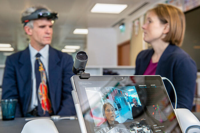 Der blinde Peter Bosher (links) mit der modifizierten HoloLens im Austausch mit Cecily Morrison (rechts)