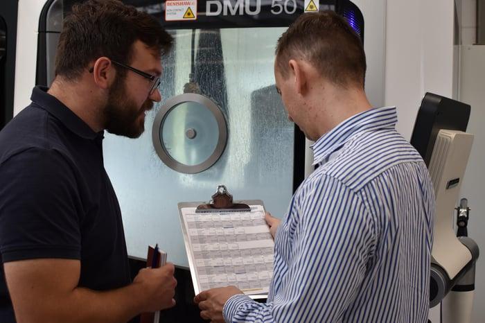 Maxim Reimche (rechts) erklärt Bernhard Zimmermann (links) die neue Vorgehensweise