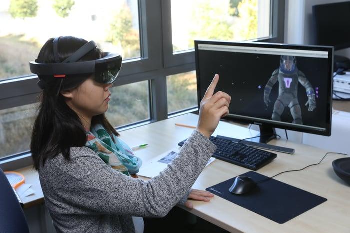 Eine Datenbrille ermöglicht die digitale Unterstützung in der Fertigung